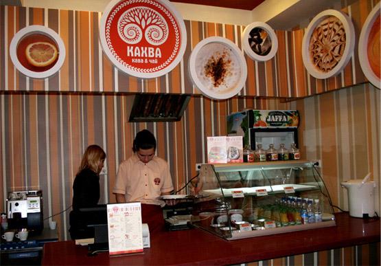 логотип в интерьере кафе